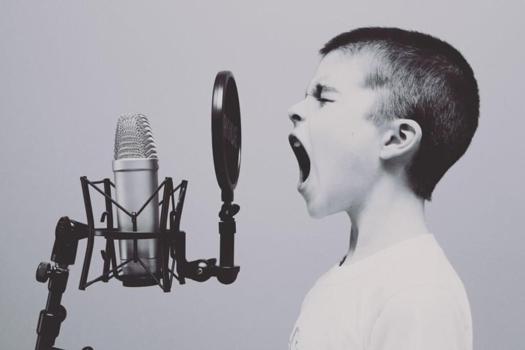 発音を練習する子供