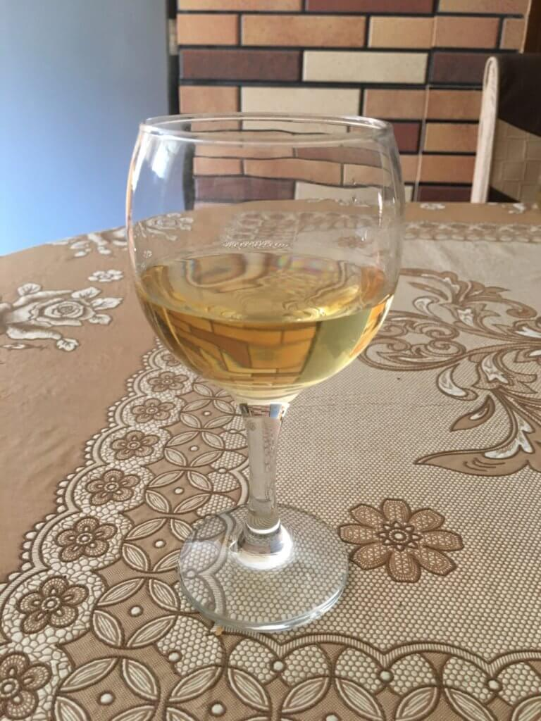 グラスに入った白ワイン